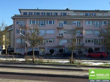 Luxembourg Merl (Parc-Merl-Belair) A louer dans Résidence « HENRI VII »  Appartement 4e étage (dernier étage) --------------------- Appartement - Penthouse rénové d'une surface habitable de 125m2 + Terrasse 2m x 40 m (autour) - Hall - Living avec feu ouvert (vue imprenable) - 1 cuisine équipée (NEUF) - 2 chambres à coucher  - 1 bureau (pouvant être utilisé en tant que chambre ou salle à manger) - 1 salle de douche avec W.C. et lavabo (NEUF) - 1 salle de douche avec double lavabo (NEUF) - 1 W.C. avec lavabo (NEUF) ---------------------- SURFACES : - Living -Parquet -38,6 m2 - Cuisine -Carrelage -19,0 m2 - Chambre 1 -Parquet -14,0 m2 - Chambre 2 -Parquet -13,0 m2 - Bureau -Parquet -13,5 m2  ---------------------- LES + - Rénové - Sortie Ascenseur dans l'appartement - Belles finitions (Parquet, carrelage (60cm x 60cm), double vitrage. - Dernier étage - Situation proche de toutes commodités (Commerces, Transports en commun, restaurants) - Proximité PARC MERL-BELAIR ----------------------- Pour plus de renseignement ou un RDV contactez : SIGELUX : 46 71 31 ou info@sigelux.lu