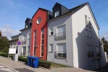 RE/MAX spécialiste de l'immobilier au Luxembourg, vous propose à la vente un appartement d'environ 120 m², baigné de lumière avec une vue dégagée.  Dans un immeuble en copropriété de 5 unités bien soigné, l'appartement se trouve seul au dernier étage.  Il se compose comme suit : - cuisine ouverte équipée salle à manger et salon traversant de plus de 50 m², avec accès balcon d'environ 7 m². - Trois chambres à coucher 13 m², 19 m², 19 m² - Salle de bain - WC séparé  - Combles non aménageables d'environ 75 m²  Un garage double d'environ 31m², avec porte automatisée, de nombreuses prises électriques et point d'eau. Un terrain en commun d'environ 5 ares. L'appartement est aussi équipé, d'une climatisation réversible, de volets électriques, branchement internet et télé dans toutes les pièces.  À visiter sans tarder ! Personne de contact : Jorge Da Graca 621 252 212  Ref agence :5095984