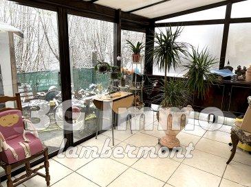 EXCLUSIVITE 3G IMMO ! Beaucoup de potentiel pour cette maison jumelée à rénover de type RDC + 1 située au calme à Herserange Village. Surface habitable d'environ 80m² + 22m² de surface sol (cave + débarras), maison construite de façon traditionnelle avec dalle à tous les niveaux.   Le rez-de-chaussée se compose d'une salle d'eau (5m²), d'une cuisine ouverte façon comptoir sur le salon / séjour (34m² pour l'ensemble de ces deux pièces), d'une véranda alu (15m²) datant de 2011, donnant accès sur le terrain. A noter la possibilité de réaliser une chambre au rez-de-chaussée. Au premier étage se trouvent deux chambres (9,5 et 12m²) et un débarras d'environ 12m² au sol. Petit terrain de 1,2 are avec 1 garage 1 voiture. Environnement calme avec parking.   DV PVC, chaudière gaz De Dietrich de 2010 avec changement du corps de chauffe en 2020, tout à l'égout. Taxe foncière : 630€/an. Travaux à prévoir. Pour toutes demandes de renseignements, Grégory Lambermont 3G Immo : 06 42 85 79 02  Le prix inclut nos honoraires. www.lambermont-immo.com  www.3gimmobilier.com/lambermont  Mandataires indépendants du réseau 3G Immo Consultant immatriculés au RSAC de Briey N°524 212 917 et N°791 005 580