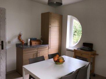Carine LECOMTE, RE/MAX spécialiste de l'immobilier à Sandweiler, vous propose en exclusivité un bien rare en location.  Un duplex complètement remis à neuf et d'une surface d'environ 136 m² situé dans une petite copropriété de 4 lots comprenant :  Niveau 0 : une cuisine équipée, un living double avec accès balcon et équipé d'un insert (cheminée à bois) et d'une bibliothèque, un bureau/chambre, un couloir, WC. Niveau 1: Un palier avec placards, une salle de bain, 2 grandes chambres et une suite parentale avec une salle de douche. Cet appartement dispose également d'un jardin commun avec BBQ, d'un garage 2 voitures, de 2 places de parking extérieur et d'une cave. A seulement 10 min du Kirchberg, crèche à 1 min, écoles à 3 min, arrêt de bus à 2 min, pédibus, commerces, médecins etc.. Libre à partir du 15/12/2018  Renseignements : Carine LECOMTE Mail : carine.lecomte@remax.lu Tél.: 621 689 637     Ref agence :5095962