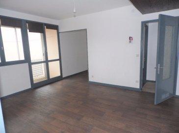 JOEUF   APPARTEMENT  4 PIECES  68.75 M². Idéalement situé à proximité des écoles et des commerces , appartement de type F4 (68.75 m²) comprenant: <br>une entrée, une cuisine,  un salon avec balcon, une salle à manger agrémentée d\'une loggia, 2 chambres avec placard, une salle de bains, un wc.<br>Au sous-sol : 2 caves<br>Interphone.Parking au pied de l\'immeuble<br>Chauffage individuel au gaz<br>La provision sur charges comprend :  l\'électricité et l\'entretien des communs, l\'entretien de la chaudière et la provision eau froide.<br>Copropriété de 120 lots dont 40 d\'habitation.<br><br><br>