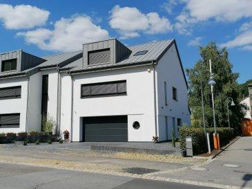 FN Promotion sàrl vous propose cette superbe maison à Reuland, construite en 2017 d'architecture contemporaine érigée sur un terrain de 4.86 ares aux finitions luxueuses d'une surface habitable de 300m2, libre de 3 cotés. À seulement 5 minutes de Junglinster.  La maison comprend un