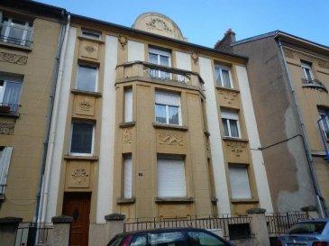 F3 de 82 m² à Montigny-Lès-Metz. Au 1er étage d\'un petit immeuble sur rue calme, charmant F3 de 82 m². L\'appartement se compose d\'un séjour, de 2 grandes chambres, d\'une cuisine équipée indépendante avec balcon, d\'une salle de douche et d\'un WC séparé. Chauffage gaz individuel, cellier, cave et jardin privatif. Proche écoles et commerces.<br/>Libre Décembre 2021