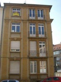 Rue aux Arènes, au 3ème étage, appartement 3 pièces de 80 m2 comprenant un salon, un séjour, une cuisine, une chambre, une salle de bains/WC. Chauffage individuel gaz. Disponible de suite.