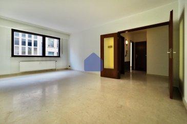 immohub, votre partenaire dans l'immobilier à Luxembourg-Limpertsberg, vous propose à la location un appartement 1 chambre à coucher avec emplacement privatif intérieur se composant comme suit:  -Hall d'entrée 4,30 m2 -Cuisine équipée indépendante 6,66 m2 -Living 21,80 m2 -WC séparé 1,12 m2 -Salle de douche avec possibilité d'aménager une buanderie 3,40 m2 -Chambre à coucher 11,00 m2  -Cave privative -Emplacement intérieur -Ascenseur  A proximité directe du tram, bus , centre ville , toutes commodités.  Détails: Construction 1984 CPE: F/E 22 unités Double vitrage / Chassis en PVC  Chauffage urbain