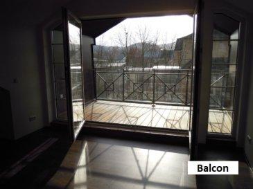 Charmant duplex de style authentique de 128,91m² à louer dans un bâtiment situé à côté d'un centre équestre.  Le duplex situé au 1er étage se compose de:  Niveau 0: - hall d'entrée - salle de bain avec douche - 1 chambre à coucher.  Niveau 1: - beau séjour / salle à manger avec coin cuisine équipée, sortie sur balcon - bureau / chambre à coucher / débarras - 1 belle chambre à coucher avec dressing et salle de douche.  1 emplacement extérieur.