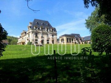 Dans une magnifique propriété architecturale, dans un parc d`un château authentique, se trouve un bel appartement de 122m2 au RDC de  l\'annexe du château qui se compose ainsi: <br><br>- Un Hall,  <br>- cuisine semi-équipée (double évier, hotte, meuble cuisinière, réfrigérateur ), <br>- un grand séjour très lumineux .<br><br>Sur l\'arrière de l\'appartement, en partie tranquille, nous trouvons:<br>- 1 cellier avec cumulus d\'eau<br>- 1 wc séparé<br>- 3 chambres <br>- 1 salle de bain avec douche et wc<br><br>En supplément, 1 grande cave, 2 emplacements extérieurs nominatifs, une terrasse latérale dont vous pouvez jouir si vous le désirez. <br><br>Chauffage électrique , câble TV, adoucisseur d\'eau dans la résidence .<br><br>- Loyer charges communes comprises ( entretien et électricité du bâtiment).<br>- compteurs eau et électricité séparés à votre charge ainsi que la taxe d\'habitation. <br><br> Un accès au château se fait par un portail électrique ( une caution de 90\' pour chaque télécommande demandée) <br><br><br>Une résidence dans une propriété calme, Luxueuse et entretenue.<br>Un terrain de tennis est à votre disposition, ainsi que de jolies promenades dans le parc; <br><br>Cadre et bâtiment exceptionnels, le respect de tout et de tous y est demandé.<br>Couple avec enfants trop bruyants, prière de s`abstenir svp. <br>Appartement adapté aux PMR. <br><br>Environnement: Proche de Longwy, Frontière Belge et Luxembourgeoise, Auchan, Commerces, Gare, Autoroute et Hôpital. <br><br>Disponible au 01-10-2018 ( possible avant) <br>Caution: 1000,00<br>Frais d\'intermédiaire : 700\'<br />Ref agence :5532904