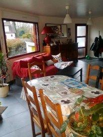 REF 5926   Bel appartement très récent 72m² rez de chaussée PLAIN PIED prox gare SNCF :   Séjour intéressant, cuisine non équipée, salle bains, wc, 2 chambres. Cour et emplacment véhicule 5926