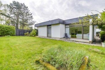 !!! SOUS COMPROMIS !!!<br><br>Mario Zannier (621 167 173) de REMAX Forum à le plaisir de vous présenter cette superbe maison libre de 4 côtés de 233 m2 habitables sur un terrain de 7,22 ares.<br>Construite en 1974, elle fût rénovée et réagencée en 2012 (+- 250.000.-)<br><br>DESCRIPTION:<br><br>REZ-DE-CH.<br><br>-Grand hall d\'entrée, vestiaire encastré.<br>-WC invités.<br>-2 chambres suite avec sdd/sdb, une avec dressing.<br>-open space living/salle à manger/cuisine et coin büro.<br>-balcon, 2 terrasses, jardin,étang.<br><br>SOUS-SOL:<br><br>-3 chambres dont une avec sdb et dressing, deux avec sdd.<br>-WC séparé<br>-cave<br>-garage 1 voiture<br>-1-2 emplaçements voiture<br><br>Maison à découvrir absolument!!<br />Ref agence :2234495