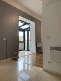 Un superbe studio très lumineux situé au rez-de-chaussée d\'une petite résidence avec une surface habitable de +/- 40 m2 à Esch-sur-Alzette.<br><br>Le studio se distingue comme suit :<br><br>Hall d\'entrée<br>Cuisine équipée ouverte<br>Salon<br>Salle de douches avec wc<br>Chambre à coucher en mezzanine<br>Cave privé<br>Buanderie privé avec lave-linge<br>Chauffage électrique<br><br>Intéressant pour un investisseur !  (Loyer : 1.050€, charges 100€)<br>Complètement rénové<br>Vu sur un magnifique parc<br>Passeport énergétique H/I<br>Parquet au sol<br>Proche de toute commodité et de la gare.<br><br>Pour toute information supplémentaire, n\'hésitez pas à nous contacter au +352 26532611 ou par e-mail au info@immolosch.lu!<br /><br />Ein schönes und sehr helles Studio-Apartment im Erdgeschoss einer kleinen Residenz mit einer Wohnfläche von +/- 40 m2 in Esch-sur-Alzette.<br><br>Das Studio wird wie folgt unterschieden:<br><br>Eingangshalle<br>Offene voll ausgestattete Küche<br>Wohnzimmer<br>Duschraum mit Toilette<br>Schlafzimmer im Hochparterre<br>Privater Keller<br>Private Waschküche mit Waschmaschine<br>Elektrische Heizung<br><br>Interessant für einen Investor!  (Miete: 1.050€, Nebenkosten 100€)<br>Vollständig renoviert<br>Blick auf einen schönen Park<br>Energieausweis H/I<br>Parkett auf dem Boden<br>In der Nähe aller Annehmlichkeiten und des Bahnhofs.<br><br>Für weitere Informationen kontaktieren Sie uns bitte unter +352 26532611 oder per E-Mail an info@immolosch.lu!<br /><br />A beautiful and very bright studio apartment on the ground floor of a small residence with a living area of +/- 40 m2 in Esch-sur-Alzette.<br><br>The studio is distinguished as follows:<br><br>Entrance hall<br>Open fully equipped kitchen<br>Living room<br>Shower room with toilet<br>Mezzanine bedroom<br>Private cellar<br>Private laundry room with washing machine<br>Electric heating<br><br>Interesting for an investor!  (Rent: 1.050€, charges 100€)<br>Completely renovated<br>View on a beautiful park<br