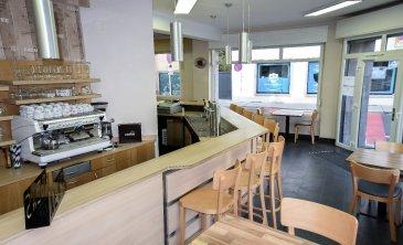 RE/MAX Select, vous propose à la vente un fonds de commerce avec comme activité : café-restaurant.   Très bien situé, proche d'un centre d'affaires et sans concurrence directe. Le bar-restaurant est convivial et charmera ça clientèles pour ça cuisine International et pour son cadre chaleureux.   -Une cuisine, professionnelle entièrement équipée est à votre disposition.  La salle dispose de la place pour 30 couverts ainsi qu'un emplacement bar pour 10 personnes.   Le bar-restaurant a été entièrement rénové  Le bar-restaurant est idéal pour un couple voulant travailler ensemble.  Le loyer actuel est de 3006,00€  Un chiffre d'affaires positif est à l'appui  Cristina Ferreira : +352 621 50 45 29