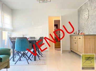 Bel appartement lumineux de 2 chambres avec balcon à vendre, avec une surface habitable de +/- 85m2 et un balcon de +/- 6m2.  Ceci est divisé comme suit; une belle entrée ouverte avec placards intégrés, une cuisine séparée, un séjour / salle à manger lumineux avec accès sur le balcon, 2 chambres à coucher, une salle de bain avec baignoire et un WC séparé.  Une cave et un emplacement intérieur. Un deuxième emplacement peut être acheter au prix de 28 000€.   Les charges s\'élèvent à 170,-€.  Les fenêtres sont du double vitrage et les châssis en PVC. La propriété dispose également d\'une porte de sécurité et d\'un parlophone.  Local vélos commun Buanderie commune  Pour tout complément d\'information, n\'hésitez pas à nous contactez par téléphone au 28 77 88 22. Nous sommes également disponibles pour organiser les visites le samedi !  Nous sommes, en permanence, à la recherche de nouveaux biens à vendre (des appartements, des maisons et des terrains à bâtir) pour nos clients acquéreurs.  N\'hésitez pas à nous contacter si vous souhaitez vendre ou échanger votre bien, nous vous ferons une estimation gratuitement.  Ref agence : 185