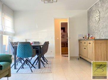Bel appartement lumineux de 2 chambres avec balcon à vendre, avec une surface habitable de  /- 85m2 et un balcon de  /- 6m2.  Ceci est divisé comme suit; une belle entrée ouverte avec placards intégrés, une cuisine séparée, un séjour / salle à manger lumineux avec accès sur le balcon, 2 chambres à coucher, une salle de bain avec baignoire et un WC séparé.  Une cave et un emplacement intérieur. Un deuxième emplacement peut être acheter au prix de 28 000€.   Les charges s'élèvent à 170,-€.  Les fenêtres sont du double vitrage et les châssis en PVC. La propriété dispose également d'une porte de sécurité et d'un parlophone.  Local vélos commun Buanderie commune  Pour tout complément d'information, n'hésitez pas à nous contactez par téléphone au 28 77 88 22. Nous sommes également disponibles pour organiser les visites le samedi !  Nous sommes, en permanence, à la recherche de nouveaux biens à vendre (des appartements, des maisons et des terrains à bâtir) pour nos clients acquéreurs.  N'hésitez pas à nous contacter si vous souhaitez vendre ou échanger votre bien, nous vous ferons une estimation gratuitement.  Ref agence : 185
