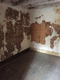 MAISON DE BOURG.  A REHABILITER : une maison en pierres de tuffeau, comprenant :<br> Au rez-de-chaussée : une cuisine, une pièce de vie avec conduit de cheminée, autre pièce avec placards (cheminée derrière).<br> à l\'étage : pièce palière à usage de salle d\'eau, chambre, autre chambre en enfilade, pièce dressing/bureau.<br> Appentis communiquant. Cave. Puits<br> Patios sur le coté.