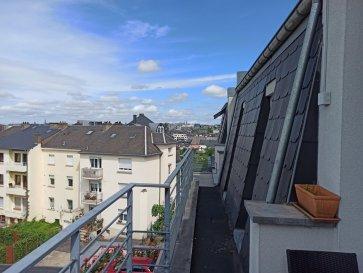 Luxembourg Realty présente l'appartement suivant à vendre à Bonnevoie,  Surface : 61 m Terrasse : 6 m Etage : 3ème Place de parking intérieur Cave Ascenseur  La maison est composée des éléments suivants : Vous entrez dans l'appartement et accédez au grand salon qui est éclairé par les grandes fenêtres vous donnant accès au balcon avec une vue lointaine sur la Cloche d'Or et la Ville de Luxembourg. Le balcon sera rénové dans les prochaines semaines. Sur votre droite, vous aurez accès à une pièce qui peut être utilisée comme bureau, chambre de bébé ou dressing. Sur votre gauche, vous trouverez des toilettes pour invités, qui ont été rénovées en mai 2021. En entrant dans le salon, vous verrez la cuisine ouverte qui a été installée en mai 2021. En face de vous, vous trouverez la chambre à coucher (12 m²) et à gauche de celle-ci la salle de bain, qui a également été rénovée en mai 2021. Le bâtiment est en bon état et les rénovations nécessaires, comme le toit, la peinture, le chauffage etc. ont été faites il y a 3 ans donc il n'y a pas de frais à prévoir dans un futur proche. Pour compléter cet appartement, il y a un ascenseur ainsi qu'un parking intérieur avec une cave et une buanderie commune.  Pour plus d'informations, n'hésitez pas à nous contacter soit via info@luxembourg-realty.com ou via +352 621 887 772.