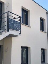 APPARTEMENT NEUF F3   Dans un bâtiment entièrement neuf et proche de la gare, bel appartement de 72 m2 au rez-de-chaussée avec terrasse et jardin privatif. Il se compose d'une entrée avec placard donnant sur un espace de vie de plus de 30m² comprenant une cuisine aménagée, salon/salle à manger. Un cellier attenant Deux belles chambres. Une salle d'eau. Un toilette séparé. Le logement dispose d'une place de parking privative et d'un local privatif ainsi que d'un local à poubelles.   Disponible début juillet 2019