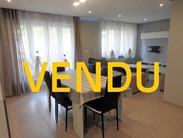 App. Florange 71.76 m2. Situé 21 rue de Bourgogne à Florange, cet appartement ne nécessite aucun travaux.<br/>Il se compose d\'un salon/séjour de plus de 25 m²  avec accès balcon, une cuisine entièrement équipée avec accès loggia, une salle de douche, deux chambres de 13.3 m² et 11.5 m², un WC individuel et des rangements.<br/>Ce bien est complété par une cave, un grenier et un garage fermé.<br/>Charges mensuelles: 70 €<br/>Taxe foncière: 650 €<br/>IMMO DM: 03.82.57.31.87<br/>Copropriété de 138 lots (Pas de procédure en cours).<br/>Charges annuelles : 900.00 euros.