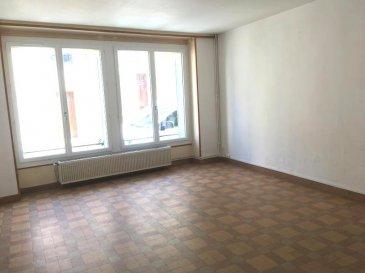CENTRE VILLE.  Venez découvrir cet appartement en duplex au rez-de-chaussée de 83 m2 comprenant :<br> une salle de séjour, une cuisine, une pièce laverie, une salle de bains, WC.<br> à l\'étage : deux chambres.<br> Chauffage gaz de ville<br> LIBRE DE SUITE