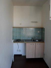 Studio 26 m2 - Prox gare .  -- METZ --<br> Situé à proximité de la gare et du lycée Louis Vincent, studio de 26 m2 comprenant une entrée, une salle de bains avec wc et une pièce principale avec cuisine ouverte donnant sur un balcon avec une vue imprenable sur Metz.<br> Annexes : une place de parking en souterrain et une cave<br> Disponible fin juin 2019.<br> 375.00 EUR + 65.00 EUR de charges (chauffage et eau chaude inclus)<br> AGENCE VENNER IMMOBILIER<br> 03.87.63.60.09