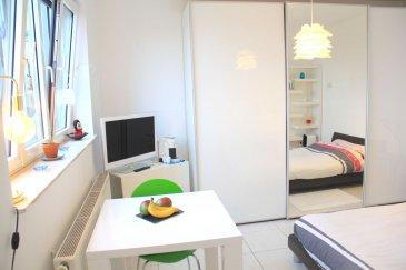 Immo Nordstrooss vous propose un appartement traversant, très lumineux et clair avec vue dégagée, au 4ème et dernier étage d\'une résidence bien entretenue située dans le quartier résidentiel du CENTS, avec un bail emphytéotique (peut être revendu à tout moment au prix du marché).<br><br>Cet appartement a été idéalement aménagé pour la colocation. Une troisième chambre a été créée dans le Living dont l\'autre moitié est utilisée en Bureau. <br>Il est légèrement mansardé. <br><br>La surface totale habitable est de 86,40 m2<br><br>L\'appartement est actuellement disposé comme suit;<br><br>- Entrée et couloir de 13 m. <br>- Première chambre de: 13 m. <br>- Deuxième chambre de: 14 m. <br>- Troisième chambre de : 15 m. <br>- Bureau ou petit salon de 13,30 m. <br>- La cloison entre la troisième chambre de 14 m et le bureau ou petit salon de 13,30 m peut être facilement démontée pour retrouver un grand living de 27,30 m au total. <br>- Cuisine équipée séparée 9,30 m. <br>- Salle de bains; baignoire avec douche, WC, lavabo 5,20 m. <br>- WC séparé avec lavabo de 1,80 m. <br>- Débarras pour lave-linge et sèche-linge de 1,80 m. - Cave privative de 7,10 m. <br><br>L\'appartement est équipé de: <br>Dans les chambres, armoires encastrées faites sur mesure laquées blanc brillant. <br>Porte d\'entrée sécurisée. <br>Ventilation double flux. <br>Chauffage au gaz de Ville. <br>Volets roulants électriques. <br>Fenêtres en aluminium laqué et double vitrage isolant. <br>Parlophone et visiophone. <br>Fibre. <br><br>La résidence est équipée de: Grande buanderie commune ventilée pour faire sécher le linge. <br>Local pour vélos commun. <br><br>A l\'arrière de la résidence se trouve un jardin avec espace vert appartenant à la copropriété pour les résidents. <br>Station de location vélos électriques Vel\'oh en face. <br><br>La résidence se situe à quelques minutes du Centre ville, à proximité du centre financier du Kirchberg et de l\'aéroport. <br>École primaire, école précoce et crèches. Quar