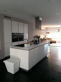 IMMO-SUD vous propose cette magnifique maison Mitoyenne d'une surface 135m2+/- habitables à Oberkorn/ Differdange dans un quartier très calme de standing.  La maison se dispose comme suit: Hall d'entrée très lumineux, WC Séparé, 1 chambre à coucher ou bureau,une cuisine très bien équipée ouverte sur un salon, salle à manger d'une surface de 70m2 +/- très lumineux, à l'étage vous trouverez  2/3 chambres à coucher dont chacune dispose d'un accès sur le balcon, une salle de douche et WC , débarras  La maison vous offre également une belle terrasse,une buanderie,un garage et emplacement extérieur.  - Proche du centre commercial Opkorn, piscines,écoles, transport en commun, etc....  Ref agence :5367644