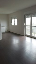 Appartement au calme avec balcon, comprenant entrée, cuisine ouverte sur séjour, 2 chambres, salle de bains et WC séparés
