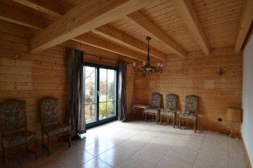 Située en Allemagne, à 5 kilomètres de Remich et du Lycée de Perl, cette maison en bois de type chalet Suisse présente une surface habitable de +/- 165 m2 pour une surface totale de +/- 300 m2. La maison se compose comme suit: un hall d'entrée +/- 8 m2 desservant une buanderie, un débarras +/-5 m2, un wc séparé +/- 3 m2 et le séjour +/- 50 m2 doté de larges baies vitrées s'ouvrant sur une terrasse. Le séjour est équipé d'un grand poêle à bois permettant à la fois de chauffer l'espace et l'eau. Une cuisine équipée +/- 15 m2 avec arrière-cuisine +/- 5 m2 complètent le rez-de-chaussée. L'étage se compose d'un hall +/- 6 m2 desservant deux chambres d'enfants +/- 11 et 12 m2 et une salle de douche +/- 10 m2 avec lavabo et wc. La suite parentale +/- 20 m2 dispose d'un petit palier donnant accès au dressing +/-6 m2 et à la salle de douche +/-12m2 avec cabine de douche fonction spa) et un wc(pas de lavabo). Le sous-sol, couvrant toute la surface de l'habitation, n'est accessible que par l'extérieur; il comprend une cave à vin +/- 9 m2, une cave de rangement +/- 15 m2, une chaufferie +/- 9 m2 (chaudière à pellets Viessmann Vitolig, adoucisseur d'eau Biosat ainsi que le ballon d'eau chaude) et enfin, le garage.  L'offre inclut également une maisonnette de jardin +/-10 m2 avec terrasse +/-10  m2, une grange attenante à la ferme voisine ainsi qu'un car port /- 26 m2 devant la maison.  Généralités:  Située en Allemagne, à 5km de Remich;  Classe énergétique AAA; Consommation de pellets plus importante en été qu'en hiver en raison de la production d'eau chaude.