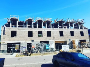 Immo Color Sàrl vous propose une maison avec 3 chambres + 1 appartement d'une chambre à coucher séparée. En cours de construction, vente VEFA  Clés en mains (vente sur plans) Passeport énergétique A-B Rémise des clés prévue au plus tard en juin 2019. Situé au calme, dans la localité de GREISCH (Tëntenerstross n°14), lieu central à seulement: (20min de Luxembourg-Ville), à 2 minutes de Septfontaines, 12min de KOPSTAL, 16min de Mersch, 2 min de Tuntange.  En construction une élégante et moderne maison aux amples proportions.   La maison d'une surface de 245.54m2 propose un aménagement fonctionnel et raffiné tout en harmonie.  Au rez-de chaussé: 1 garage + 1 emplacement extérieur, buanderie ainsi qu'un appartement séparé.   Au premier étage: un grand living, salle à manger, terrasse donnant accès au jardin de 400m², grande cuisine et un WC (séparé) avec douche.  Au deuxième étage: trois chambres à coucher dont une avec salle de bain indépendante, plus une salle de douche séparée+ WC.   Autres avantages: Triple vitrage, pompe à chaleur, chauffage au sol, panneaux photovoltaïques, robinetterie Villeroy&Bosch.   Prix annoncé est calculé avec 3% de TVA (avec accord du bureau d'imposition - service agrément )   Pour toute information supplémentaire ou demande de documentation (cahier des charge, plans) n'hésitez pas à nous contacter: tél: 28778057 ou GSM 691 080 103  www.immocolor.lu