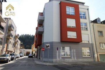 A proximité du centre-ville, cet appartement se compose de 2 chambres à coucher, un wc séparé, une salle de bain avec baignoire, une cuisine équipée ouverte sur living.<br><br>Une grande terrasse de 30 m² complète cet appartement.<br><br>Vous trouverez de belles hauteurs sous plafond de 3 m.<br><br>Un parking intérieur et une cave font également partie de ce bien.<br><br>Plus d\'informations au 28.66.39.1 ou bien par e-mail: info@realgimmo.lu <br />Ref agence :72271