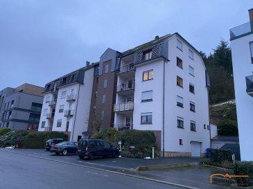 Bel appartement (D5) rénové sis au 5ème étage d\'une Résidence, à Wiltz, 59, Rue Grande-Duchesse Charlotte d\'une surface habitable de 91,30 m2 avec 2 chambres à coucher et 1 emplacement de parking extérieur (P 4). Pas de balcon/terrasse disponible.<br><br>DESCRIPTION : <br>ETAGE 5:<br>- Hall d\'entrée avec garde-robe<br>- 1 WC séparé<br>- cuisine équipée neuve<br>- salon <br>- salle à manger <br>- 2 chambres à coucher <br>- 1 salle de bains équipée d\'une baignoire/douche, WC, lavabo et raccordement pour machine à laver<br>- débarras pouvant servir de bureau<br>- emplacement extérieur P4<br><br>ASPECTS TECHNIQUE:<br>- sols rénovés de laminé <br>- murs entièrement repeint<br>- nouvelle cuisine équipée<br>- châssis double et triple vitrage avec volets roulants<br>- chaudière au mazout<br>- ascenseur<br>- emplacement poubelles extérieurs<br><br>SITUATION GEOGRAPHIQUE:<br>- Kirchberg-Paffenthal-pôle d\'échange : 55 minutes en train<br>- Luxembourg 50 minutes<br>- Ettelbruck  30 minutes<br>- Diekirch 35 minutes<br>- Pommerloch 15 minutes <br>- Bastogne 25 minutes<br><br>SITUATION:<br>WILTZ est situé au Nord du pays en plein coeur des Ardennes. Le transport public est assuré par les autobus de ligne, ainsi que la ligne ferroviaire, ainsi que toutes les commodités qu\'offre la Ville de Wiltz, comme p.ex. hôpital, centres médicaux, pharmacies, commerces locaux, banques, business center, centres commerciaux, école fondamentale, maison relais, crèches, lycées et piscines municipales. <br><br>Pour tous renseignements contactez-nous aux numéros suivants :<br>Carine DEI CAMILLO 621 45 32 08<br>Pascal POOS 621 36 20 26<br>Bureau 27 80 83 56<br>