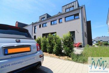 ''active relocation luxembourg'' vous propose en location une spacieuse maison d'une surface totale d'environ 200 m², construction 2018, situé à Contern.   La maison jumelée se compose au rez-de-chaussée d'un hall d'entrée, d'une jolie cuisine équipée ouverte avec accès sur terrasse (22m²) et jardin, d'un grand séjour, d'une pièce qui pourra servir comme chambre d'appoint ou bureau et d'une salle de douche avec WC.   La 1ère étage propose un grand hall de nuit, une chambre (11m²), une salle de bain, une grande chambre (20m²) avec espace dressing + une autre chambre (16m²) aussi avec espace dressing.   Au 2ème étage vous trouverez un hall de nuit, un WC séparé, une salle de douche, un grand séjour ou espace loisirs ou 5ème chambre (42m²) avec accès sur une terrasse (6m²) + balcon (3m²)   Le sous-sol dispose de 2 caves, buanderie, chaufferie et  un double garage complètent ce niveau.  Loyer: 3.500,00€ Avances sur charges: 200,00€ Disponibilité: mi-Juillet   11km de Luxembourg, 7km de Hesperange   Lignes de bus desservant ce lieu: N°163 Luxembourg Ville - Verlorenkost - Hamm - Sandweiler - Contern - Moutfort - Medingen N°164 Luxembourg - Medingen N°165 Howald (P&R Sud) - Contern - Medingen N°425 Remich - Stadtbredimus - Mersch N°720 Contern Village/Contern ZI - Sandweiler Gare  Si vous pensez vendre ou louer votre bien, active relocation luxembourg est à votre service pour vous conseiller au mieux et vous faire profiter de toutes ses compétences en vue de commercialiser votre bien de manière professionnelle et rapide.  +352 270 485 005 info@arlux.lu www.arluximmo.lu