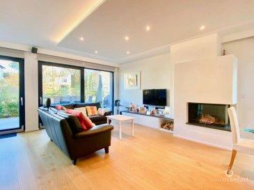 Magnifique maison situé à Alzingen au bout d'une impasse.    Cette maison offre un cadre de vie très cosy, chaleureux et tranquille.  Maison récente (2017) avec aménagement intérieur haut de gamme d'une superficie habitable de  /- 214m2 et de  /- 345m2 total.  La maison se compose comme suit :  Rez de chaussée :  - Hall d'entrée ; - Toilette séparée ; - Garage plus trois emplacements extérieur  - Grand séjour avec cuisine ouverte d'une superficie de 51 m2, incluant l'espace salle à manger, un feu à bois ainsi que des rangements intégrés.  Grandes baies vitrées donnant sur la terrasse (27.6m2) et le jardin ( - 80m2) ;  - Cuisine entièrement équipée avec des électroménagers Siemens (four, four à vapeur, chauffe-plat, plaque à induction, lave-vaisselle, réfrigérateur et congélateur), cave à vin Liebherr, hotte plafonnier Novy, plan de travail en pierre naturelle (granit) ;  1er étage  - 3 chambres à coucher (14.1m2, 16.8m2 et 21.7m2) avec chacune une baie vitrée donnant sur un balcon ; - 2 salles de douche, dont une avec baignoire ;  2ème étage  - 2 chambres à coucher (18.4m2 et 22.9m2), dont une équipée de rangements intégrés ; - Une salle de douche spacieuse (9.6 m2) avec double vasque et douche « cascade » ; - Un bureau (7.2 m2)   Sous-sols :  - Spacieuse buanderie de 22m2 ; - Grand local technique de 15m2 ; - 1 cave de 7.3m2 - 1 grande pièce de 33m2 équipée d'arrivées multimédia (internet / télévision)  Dans un état impeccable la maison est érigée sur un terrain de 3.65 ares et de classe énergétique AB.   Elle est équipée de triple vitrage, d'un chauffage (pompe à chaleur) par le sol dans toutes les pièces (la température de chaque pièce pouvant être réglée indépendamment) ainsi que d'une ventilation double flux et d'un feu à bois.  Parquet semi-massif dans toutes les pièces, à l'exception de l'espace cuisine, des salles de bain et de la toilette séparée.  Proche de toutes commodités et transport :  - Supermarché à 5 minutes à pied ; - Centre et parc d'Hesperange à
