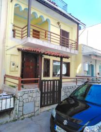 Immo Nordstrooss vous propose une maison entièrement meublé et équipé à Saloniki près de la plage.  Cette maison se compose comme suite:  - living, - cuisine ouverte et équipée, - 3 chambres à coucher, - 2 salles de bain, - balcon et terrasse, - grenier aménagés, - système d'alarme, - Marmore flache.  Pour plus de renseignements veuillez nous contacter au 691 450 317.