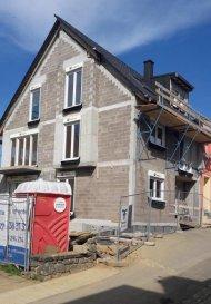 Mario Zannier (621 167 173) de RE/MAX Forum spécialiste de l'immobilier à Luxembourg vous propose à la vente ce magnifique duplex dans une maison bi-familiale, finition haut standing. Livraison prévu pour mars/avril 2019.  Il se compose comme suit :  Rez-de-chaussée : - Un salon/séjour avec cuisine ouverte +- 32,07 m2 et un balcon donnant sur le jardin d'environ 100 m2. - Deux chambres de +- 10 m2 et 12,20 m2 - Une salle de douche avec lavabo double vasque, WC et raccord machine à laver et séchoir. Premier étage : - Une chambre parentale de +- 22,60 m2 et salle de bain avec douche, lavabo et WC.   Chauffage gaz, triple vitrage, vidéophone, cave. Ventilation mécanique contrôlée VMC. Emplacement de parking intérieur au prix de  26.000'  Ref agence :2234552