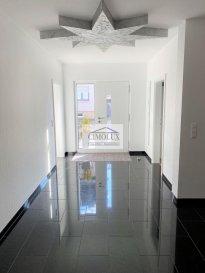 L\'agence CIMOLUX vous propose une belle maison de l\'année 2015 et libre des 3 côtés située à Tuntange avec une superficie de +/-350m2 et 4,75 ares de terrain.<br><br>La maison dispose:<br>Au rdch: un hall d\'entrée, un salon/salle à manger avec sortie sur la terrasse et le jardin, une cuisine équipée ouverte, un débarras, une chambre et une salle de douche.<br>Au 1er étage: une salle de douche, 4 chambres dont une avec salle de douche privé.<br>Au 2ème étage: 2 chambres dont une avec dressing, une cuisine équipée avec sortie sur le balcon, un débarras et une salle de douche.<br>De plus, la maison comprend un grenier aménagé, une buanderie, un garage pour 2 voiture et un emplacement extérieur.<br><br>Prix 1.695.000€ <br>(frais d\'agence compris 3% + Tva 17 % à la charge du vendeur)<br><br>Pour plus d\'informations n\'hésitez pas à nous contacter on parle français, allemand, luxembourgeois, anglais, portugais et italien.<br><br>Pour l\'obtention de votre crédit, notre relation avec nos partenaires financiers vous permettront d\'avoir les meilleures conditions.