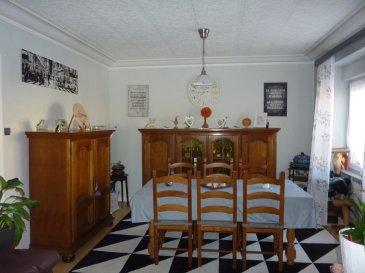 Maison jumelée d'une superficie habitable de 150 m², constuction de 1952  - RDC : GARAGE, Entrée principale, dégagement, cave, chaufferie  + entrée privative dans espace  indépendant, composé :  d'1 CHAMBRE ouverte sur SEJOUR, SALLE de BAINS avec W-C.  - Etage : dégagement, couloir avec accès à la terrasse ; 1 CHAMBRE, SALON-SEJOUR, CUISINE équipée.  - Combles au-dessus : 1 grande CHAMBRE + petit GRENIER aménageable en dressing.  L'ensemble sur 1,20 are. Reliée au tout à l'égout ; toiture correcte, électricité conforme :  chauffage électrique à inertie (1 600 €/an), chauffe-eau neuf. Taxe foncière : 899 €