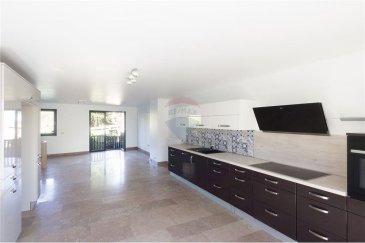 Veuillez contacter Cristina Ferreira pour de plus amples informations : - T : +352 621 504 529 - E : cristina.ferreira@remax.lu  RE/MAX vous propose, à la vente, un appartement de 2008 dans une petite résidence très bien entretenue.  L'appartement à une surface habitable de plus de 84,66 m². (surface totale 119?m² plus la dépendance) Vous y trouverez une cuisine ouverte sur un salon/salle à manger.  Deux chambres, une salle de douche et un WC sépare.  Il dispose d'un sous-sol aménagé de 35 ?m² (composé d'une chambre, d'une salle de douche et d'un WC sépare), cet espace peut également servir de Home Office, il dispose d'une entrée indépendante.   L'appartement dispose de trois emplacements (en enfilade) de parking, d'une terrasse et un jardin privatif. Dans le jardin, il y a également une dépendance qui peut servir d'atelier ou de chambre d'amis, il s'y trouve une salle de douche et une kitchenette (cette superficie n'est pas considérée comme surface habitable).   Un espace buanderie commune est compris dans la vente.  Frais d'agence RE/MAX : 2 % du prix de vente + TVA à charge de la partie venderesse Toute offre sera soumise à l'acceptation expresse des vendeurs.  Visite virtuelle : https://premium.giraffe360.com/remax-select/d4f357d478094f65a70c823ca2a5c760/
