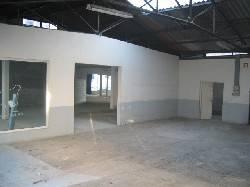 EPINAL:  Local commercial de 160 m2 à aménager avec vitrine pour toutes activités,sauf restauration.  Eau et EDF en place.