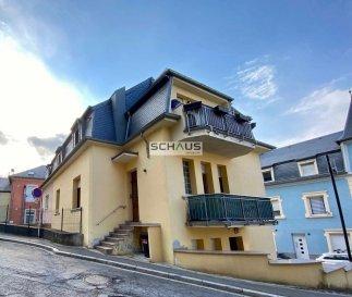 Schaus Immobilier propose à la location cet appartement se composant comme suit :<br><br>-Hall d\'entrée<br>-Salle de bains avec baignoire<br>-Cuisine équipée<br>-Salon/salle à manger d\'une surface d\'environ 17,00m2<br>-Première chambre d\'une surface d\'environ 10,85m2<br>-Seconde chambre d\'une surface d\'environ 16,45m2<br><br>Le bien est complété par :<br>-Un espace débarras contenant la chaufferie qui est personnelle.<br>-Un balcon<br>-Une cave<br><br>Nous sommes à votre disposition pour tout renseignement complémentaire et un rendez-vous de visite.<br><br>Les honoraires de négociation s\'élèvent à un mois de loyer augmenté de 17% de TVA et sont à la charge du locataire.<br>