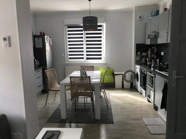 F4  83 m² en duplex - Plesnois. A découvrir, charmant F4 en duplex, aux portes de Metz et à proximité des axes autoroutiers. Au coeur du village de Plesnois, ce duplex se compose, au premier niveau d\'un salon avec cuisine ouverte aménagée, d\'1 chambre et d\'une salle de douche avec WC, à l\'étage, 2 chambres et une salle de bain avec WC. <br/>Caves et parking facile. Disponible Juin 2020