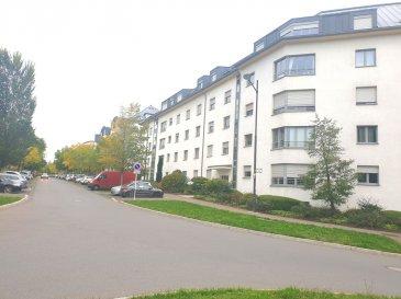 Immo Nordstrooss vous propose un appartement traversant, très lumineux et clair avec vue dégagée, au 4ème et dernier étage d'une résidence bien entretenue située dans le quartier résidentiel du CENTS.   Cet appartement a été idéalement aménagé pour la colocation. Une troisième chambre a été créée dans le Living dont l'autre moitié est utilisée en Bureau.  Il est légèrement mansardé.   La surface totale habitable est de 86,40 m2  L'appartement est actuellement disposé comme suit;  - Entrée et couloir de 13 m.  - Première chambre de: 13 m.  - Deuxième chambre de: 14 m.  - Troisième chambre de : 15 m.  - Bureau ou petit salon de 13,30 m.  - La cloison entre la troisième chambre de 14 m et le bureau ou petit salon de 13,30 m peut être facilement démontée pour retrouver un grand living de 27,30 m au total.  - Cuisine équipée séparée 9,30 m.  - Salle de bains; baignoire avec douche, WC, lavabo 5,20 m.  - WC séparé avec lavabo de 1,80 m.  - Débarras pour lave-linge et sèche-linge de 1,80 m. - Cave privative de 7,10 m.   L'appartement est équipé de:  Dans les chambres, armoires encastrées faites sur mesure laquées blanc brillant.  Porte d'entrée sécurisée.  Ventilation double flux.  Chauffage au gaz de Ville.  Volets roulants électriques.  Fenêtres en aluminium laqué et double vitrage isolant.  Parlophone et visiophone.  Fibre.   La résidence est équipée de: Grande buanderie commune ventilée pour faire sécher le linge.  Local pour vélos commun.   A l'arrière de la résidence se trouve un jardin avec espace vert appartenant à la copropriété pour les résidents.  Station de location vélos électriques Vel'oh en face.   Dans la rue il y a:  Supérette Delhaize Proxi, Centre médical, Pharmacie, Pédicure, Police, Coiffeur, Avocats, Kinésithérapeutes.   La résidence se situe à quelques minutes du Centre ville, à proximité du centre financier du Kirchberg et de l'aéroport.  École primaire, école précoce et crèches. Quartier résidentiel très bien desservi par les transports communs. Ax