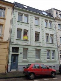 Rue du Graouilly, appartement 3 pièces de 70 m2 comprenant une cuisine, un séjour, deux chambres, une salle d'eau/WC. Cave. Chauffage individuel gaz.  Disponible à partir du 15/07/2019