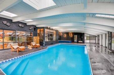 PROCHE  METZ / ST JULIEN LES METZ :  1 150 000 \' FAI <br>Magnifique villa d\'architecte  sans vis à vis à l\'arrière,  sur trois niveaux avec ascenseur d\'une surface de 430 m² sur un terrain de plus de 3 ha 30 a  boisé avec un étang, comprenant  une majestueuse pièce à vivre d\'env ; 120 m²  avec cheminée  et accès piscine  couverte avec douches et vestiaires,  une cuisine dinatoire haute de gamme, salon, bureau, quatre grandes chambres et une suite parentale. Pour parfaire cet ensemble, vous disposez d\'une salle entièrement consacrée au cinéma ainsi qu\'un garage au sous sol d\'en 200 m² (3 véhicules) et d\'un appartement F1bis avec entrée indépendante (pour employées de maison éventuellement) <br>DPE D<br>Honoraires charge vendeur<br>TEL 06.09.94.37.03<br />Ref agence :2284436