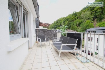 Homeseek Belair et Janette ( 691 111 623)  ont  le plaisir de vous présenter ce charmant studio parfaitement soigné de 33 m2 environ avec balcon de 11,76 m2, situé au troisième étage d'une petite résidence à Neudorf ( à 3 km de Luxembourg-Ville et à 2 km de Kirchberg.    Ce studio peut être fourni meublé (canapé, lit, chaises, cadres, commodes, etc) et offre:   un séjour très lumineux avec un coin nuit et un accès à la terrasse, une cuisine indépendante, neuve et équipée, une salle de douche avec WC et douche à l'italienne (neuf)  Informations complémentaires:   buanderie commune fenêtre double vitrage pas d'ascenseur  pas de garage/emplacement chaudière à gaz charge  - 150 € disponibilité à convenir idéal  pour un premier achat ou investissement   Pour de plus amples informations sur ce bien et pour visiter, contactez directement Janette ( 691 111 623).  Ref agence :4921995