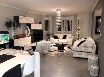 Venez découvrir en exclusivité avec 3G Immo, cette superbe maison individuelle de 2009 en demi-niveaux située en secteur résidentiel à Lexy proposant 4 ou 5 chambres. Cette maison très propre, parfaitement entretenue à l'intérieur comme à l'extérieur offre une surface habitable de 200m² plus un sous-sol complet.  Au rez-de-chaussée un vaste hall d'entrée avec placards de rangement intégrés dessert une magnifique pièce de vie de 50m² avec cuisine haut de gamme full équipée. Une large baie vitrée et une porte permettent d'accéder à la première terrasse et à la piscine. Un WC avec son lave-main sont présents.  Sur le premier demi-niveau, se trouvent deux chambres dont une suite parentale de 35m² avec son dressing sur mesure de 13m² (21000€ à l'achat) et une salle d'eau entièrement carrelée avec douche italienne et meuble deux vasques.  Au dernier demi-niveau, se trouvent également deux chambres dont une avec espace rangement / dressing (sur 26m² au sol), et un bureau; à noter que ce dernier peut être facilement cloisonné pour se transformer en 5ème chambre Au sous-sol, nous trouvons un grand vestiaire avec penderie intégrée sur mesure, une buanderie / cellier (avec de nombreux rangements) et un accès vers l'extérieur. Un garage une voiture et une chaufferie permettant d'y réaliser un coin atelier ou autre. A noter un accès relativement aisé au vide sanitaire, endroit idéal pour le stockage.  Environnement calme sans vis-à-vis, le terrain de 8,5 ares créé par un paysagiste est exposé plein sud, il se compose de deux niveaux permettant de séparer le coin jeux du coin terrasse piscine. Piscine avec jacuzzi intégré chauffée par une PAC; deux terrasses en pierre bleue de 40m² sont présentes sur l'arrière du terrain, de la résine au sol a été posée aux abords de la piscine.  Maison de standing, au gout du jour, avec prestations et matériaux de qualité (entreprises luxembourgeoises, factures à l'appui), hauteur des plafonds 2,50m, tous les sols sont carrelés, chauffage gaz au