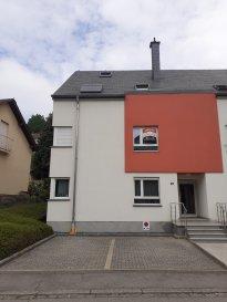 L'agence immobilière SPACEPLUS vous présente à la vente un appartement de 70 m2, 2 chambres à coucher à Ettelbruck. Situé dans une petite résidence récente (2011) et bien soignée, au 1er étage, dans une rue calme et agréable à vivre à n.20 Chemin du Camping L-9022 à Ettelbruck. L'appartement est composé comme suit : - hall d'entrée, - WC séparé, - living de 25 m2 avec une cuisine ouverte et équipée, avec accès au balcon, - un débarras, - 2 chambres à coucher de 9m2 et 16m2, - une salle de douche avec WC, lavabo, cabine de douche et raccordement pour un lave-linge. Une cave privative et une place de parking extérieure privée complètent cet appartement. Autres équipements : - Porte d'entrée blindée. - Volets électriques. - Triple vitrage. - Balcon à l'arrière du bâtiment, vue dégagée, sans vis-à-vis. - Arrêt de bus devant la résidence. L'appartement est disponible immédiatement. La possibilité d'acheter un emplacement intérieur dans le même bâtiment pour 30 000€. Pour les visites veuillez contacter Natacha BIVORT au numéro de GSM 661 33 44 22 ou par mail info@spaceplus.lu