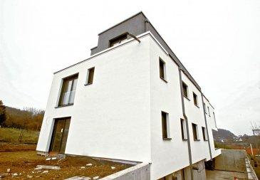 Homeseek Prince-Henri vous propose ce magnifique duplex contemporain de +/- 200 m2 dans maison bi-familiale, libre des 4 côtés, dans un environnement calme disposant d'une imprenable vue panoramique sur la vallée de Rameldange. Veuillez contacter le 661 909 000 pour toutes informations supplémentaires.  Ce bien de standard énergétique AB se compose comme suit :  au 1ere étage   une suite parentale avec balcon, dressing et  salle de bain/douche italienne privative avec toilette, trois grandes chambres dont une avec balcon, une salle de douche et toilette, une buanderie.  Au 2eme étage  un espace jour ouvert sur une surface de +/- 83  m2  comprenant un salon/salle à manger avec accès terrasse,  une cheminée au gaz de style moderne,  une cuisine d'exception Bulthaup avec un accès terrasse,  toilette séparée.   Au sous-sol  garage sous-sol pour deux voitures,  Cave.  Ce bien bénéficie de prestations haut de gamme  ascenseur avec accès direct dans l'appartement, air conditionné, aspirateur central, chauffage au sol.  Liberté dans le choix des peintures et des sols selon cahier des charges.  Proche du Kirchberg 12 km , de l'aéroport  3 km, du centre commercial de Niederanven, l'école primaire et la piscine.  Date de livraison fin juin 2019  Veuillez contacter le 661 909 000 pour toutes informations supplémentaires.  Ref agence :4920916/CK