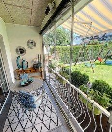 L'agence Immocontact vous propose à la vente cette magnifique maison libre de 3 côtés située au coeur de Soleuvre, commune de Sanem.  +/- 250m² de surface totale, +/- 180m² de surface habitable sur un terrain de +/- 4 ares, elle se compose comme suit:  Rez-de-chaussé :  - Hall d'entrée - Cuisine équipée  - Salle à manger - Séjour avec cheminée  - Véranda donnant accès au jardin orienté Sud  1er étage :  - Hall de nuit - 2 chambres à coucher  - Suite parentale de +/- 28m² avec vue sur le jardin,  coin bureau et dressing - Grande salle de bain avec douche, baignoire d'angle, double vasque et fenêtre - WC séparés  2ème étage :  - Grenier aménagé avec 1 chambre, salle de bain avec douche et un espace bureau et dressing.  Possibilité d'y aménager une cuisine.  Sous-sol:  - Garage pour 2 voitures - Caves avec salle de douche - Buanderie  Vient compléter ce bien:  - Emplacement extérieur - Jardin orienté plein Sud avec piscine  - Magnifique chalet avec électricité, eau et espace terrasse.  A savoir:   - Façade refaite en 2021 - Système domotique dans toute la maison - Marquise à l'arrière - Store extérieur électrique - Parquet massif dans les chambres  Pour toutes demandes n'hésitez pas à nous contacter.  Si vous souhaitez estimer votre bien n'hésitez pas à nous contacter au 26.311.992 ou sur info@immocontact.lu