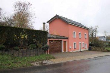 PAS DE VIS-À-VIS  Idéalement située dans le village de Holzem, Real G Immo vous propose en exclusivité cette jolie maison individuelle.  Elle est agencée de la manière suivante :  Au rez-de-chaussée : oHall d'entrée, oCuisine équipée ouverte sur la salle à manger, oGrande salle de bain avec baignoire et WC.  Au 1er étage : oSalon / salle à manger, o1 chambre à coucher.  Au 2ième étage : o2 chambres à coucher, oWC indépendant, oHall avec dressing.  Les atouts supplémentaires : oGarage avec porte motorisée, oAtelier avec Four en pierre naturelle, oJardin, oDouble vitrage PVC, oCarrelage dans toute la maison, oChaudière révisée, oToiture et façades récentes, o4 emplacements de parking extérieur.  Ce bien sera disponible à partir de Juillet 2020.  Pour plus de renseignements ou une visite (visites également possibles le samedi sur rdv), veuillez contacter le 28.66.39.1.  Les prix s'entendent frais d'agence de 3 % TVA 17 % inclus.  Ref agence :B73120