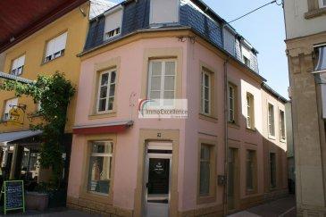 IMMO EXCELLENCE vous propose en exclusivité ce joli immeuble à usage mixte d\'une surface commercial de 46 m2 ainsi que d\'une surface habitable de 141 m2, situé au plein centre d\'Echternach, dans la fameuse \' Haalergaas \' ( Rue de la Gare ). La surface utile du bâtiment est de 202 m2. Le bâtiment se compose comme suit : Au rez-de-chaussée, vous trouvez un local commercial avec une grande pièce disposant de plusieurs baies vitrées ( 30.63 m2 ), une deuxième pièce ( 13.35 m2 )  ainsi qu\'un W.C. séparé ( 1.78 ). La partie habitation se compose comme suit : Un hall d\'entrée ( 11.41 m2 ), une chaufferie ( 10.57 m2 ), un tour d\'escalier vers le premier étage ( 3.80 m2 ). Au 1er étage vous trouvez : Un hall ( 7.70 m2 ), un double séjour ( 27.92 m2 ), une salle-de-bains avec W.C. ( 4.05 m2 ), une chambre-à-coucher ( 11.74 m2 ), une cuisine équipée ( 11.16 m2 ), ainsi qu\'un tour d\'escalier vers le deuxième étage ( 4.19 m2 ). Au 2ème étage vous trouvez : Un hall ( 5.32 m2 ), une chambre-à-coucher ( 16.99 m2 ), une deuxième chambre-à-coucher ( 16.93 m2 ), une troisième chambre-à-coucher sinon un bureau ( 13.22 m2 ), ainsi qu\'une salle-de-bains avec W.C..<br><br>Le bâtiment dispose également d\'une cave ainsi que d\'un petit grenier ( 5 m2 ). <br><br>Le bâtiment se trouve à proximité de toutes commodités. La maison d\'habitation est actuellement louée.<br><br>Possibilité de louer un emplacement sous-terrain pour une voiture à proximité au prix mensuel de 120.-Euros.<br><br>Idéal pour investisseurs.<br><br>Echternach est une ville du Luxembourg d\'environ 5 600 habitants et le chef-lieu de son canton, le long de la vallée de la Sûre marquant la frontière avec la Rhénanie-Palatinat allemande.<br><br>Elle est surtout connue pour son abbaye et sa procession dansante le mardi de la Pentecôte.<br><br>Echternach se situe à 30 minutes du centre-ville de Luxembourg.<br><br>